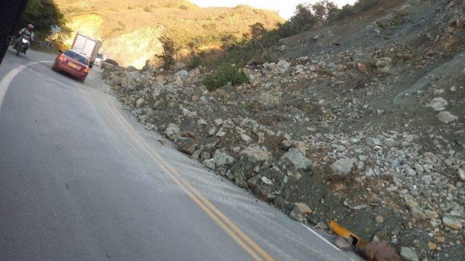 Paso a un carril en la vía entre Santa Fe de Antioquia y Cañasgordas por caída de rocas