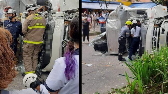 [Fotos] En Envigado este vehículo, chocó de frente con un árbol y se volcó