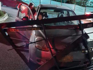 Por el Escobero un carro se habría quedado sin frenos y chocó de frente con la puerta de una unidad residencial
