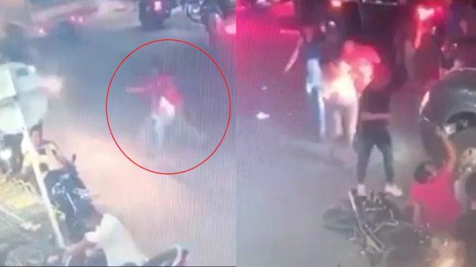 [Video] ¡Qué pesar! Paso la calle sin mirar, una moto lo levantó y al caer fue recibido por un camión