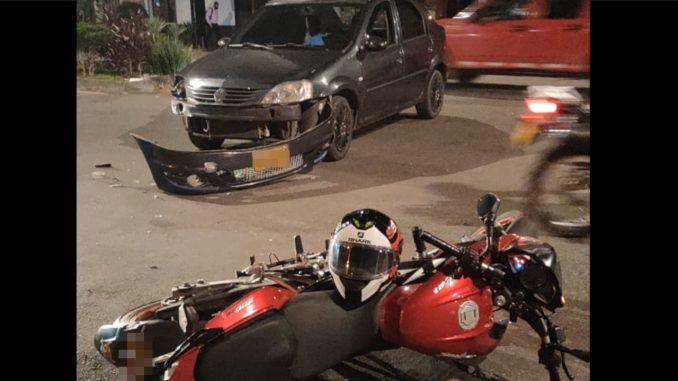 Una moto y un carro particular chocaron por Guayabal