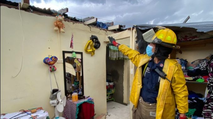 [Fotos] Emergencias en Medellín: Una vivienda destechada y dos trabajadores atrapados en una obra