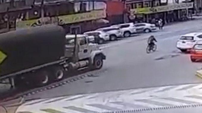 [Video] Se cayó de la bicicleta sin imaginarse que ahí terminaría su vida, una tractomula lo arrolló