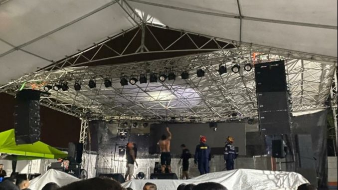 ¡Qué susto! Se desprendió el techo de la tarima durante un concierto vallenato en Caucasia, Antioquia