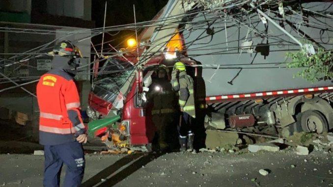 Accidente en la Loma de El Indio: Un camión se quedó sin frenos y chocó contra poste de electricidad