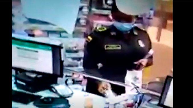 [Video] Imágenes por las que acusan a la patrullera Andrea Cortés de robo