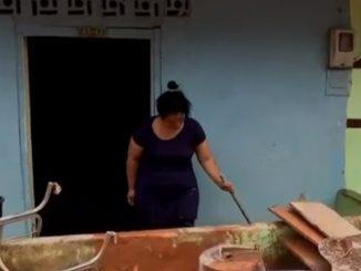 Familias de Segovia continúan sacando el lodo de sus viviendas tras la fuerte inundación
