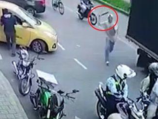 [Video] ¡Qué loco! Salió de la nada y golpeó a un agente de tránsito en Itagüí