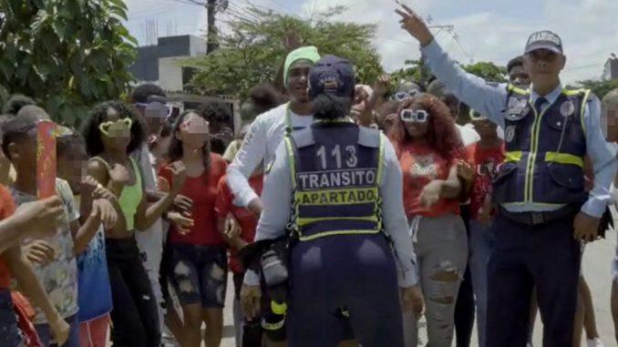 Estaban grabando un video de reggaetón y una agente de tránsito se metió a hacer 'twerking'