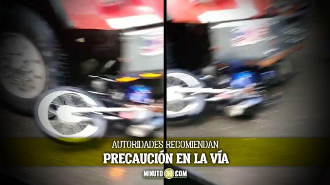 [Video] Una moto quedó debajo de una volqueta en la 80