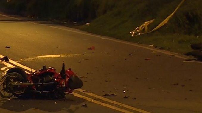 Dos motociclistas se chocaron de frente, uno murió