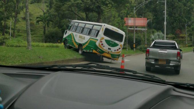 Conductor perdió el control de una buseta en la Avenida Las Palmas
