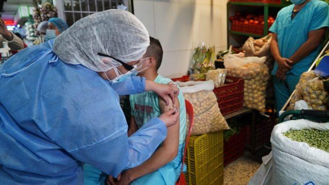 Bogotá empezó a vacunar contra el Covid-19 en plazas de mercado
