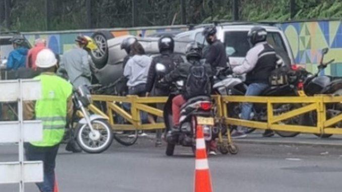 Se volcó un carro en la Av. Las Palmas