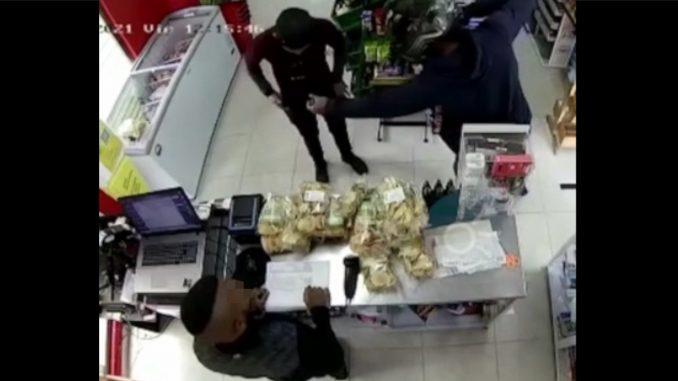 Ladrón entró a supermercado y vació los bolsillos de las personas que allí se encontraban
