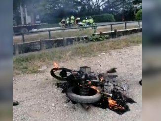 Le dio tanta rabia que le inmovilizaran la moto que prefirió quemarla