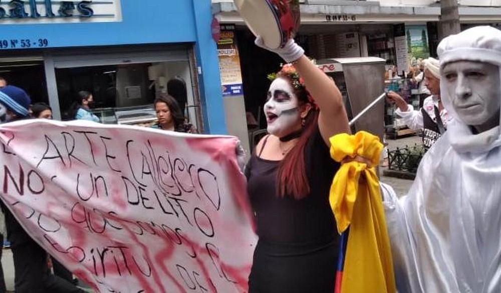 Artistas callejeros marchan en el centro de Medellín